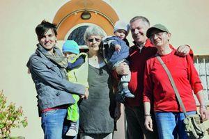 Giovanni Paolo Ramonda con una parte della sua numerosa famiglia. Al centro  la moglie Tiziana, a sinistra una dei tre figli naturali,  con due nipotini. A destra : Rossana, una delle 9 persone  accolte nella casa famiglia. Foto della Comunità Papa Giovanni XXIII: