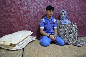 Maha, sposa a 13 anni, e il marito Abdullah.