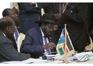 Salva Kiir, presidente del Sud Sudan, al momento della firma dell'accordo. In copertina: un campo di sfollati nei pressi di Juba, la capitale sudsudanese.