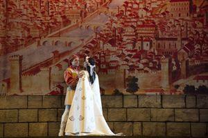 """Qui sopra e in alto, scene di """"Gianni Schicchi"""" del """"Trittico Puccini"""" a Torre del Lago."""