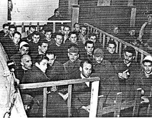 Un'immagine storica di martiri cristiani albanesi deportati.