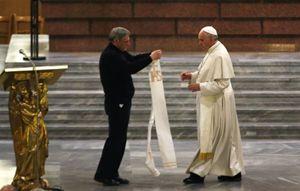 Don Ciotti consegna a papa Francesco la stola appartenuta a don Peppino Diana (Reuters).