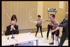L'aggressione a mons. Léonard da parte di un gruppo di attiviste del gruppo Femen in occasione di un dibattito all'Université Libre di Bruxelles