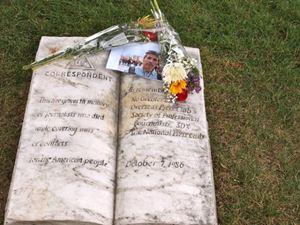 La lapide eretta in memoria dei corrispondenti di guerra nel cimitero di Arlington.