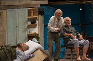 """Gianrico Tedsschi (al centro) in """"Dipartita finale"""" al Teatro Parenti di Milano. In alto: un suo ritratto."""