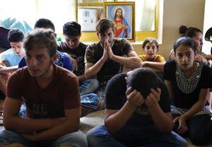 Prorfughi cristiani cacciati dall'area di Mosul dalle milizie fondamentaliste islamiche dell'Isil. Foto Reuters.