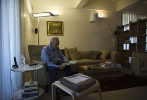 Shimon Peres, 91 anni, ex presidente di Israele, nel suo studio (Reuters).