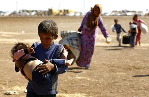 Profughi curdi della Siria in fuga dalle zone occupate dall'Isis (Reuters).
