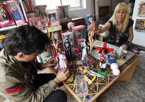 I due artisti argentini Pool Paolini e Marianela Perelli che hanno ideato 33 Barbie vestite da divinità (Reuters).
