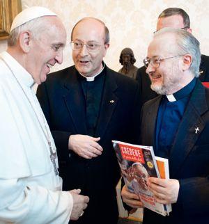 Papa Francesco con don Silvio Sassi e don Antonio Rizzolo.