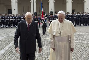 Papa Francesco con il presidente Napolitano (Reuters).