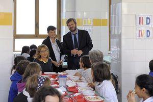 """L'assessore alle Politiche sociali del Comune di Milano Pierfrancesco Majorino presenta in una scuola l'iniziativa """"Adotta un nonno a pranzo""""."""