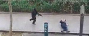 """Il terrorista si appresta a uccidere il poliziotto davanti alla sede di """"Charlie Hebdo""""."""
