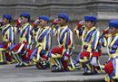 Il Papa arriva a Manila: bagno di folla e baby guardie svizzere