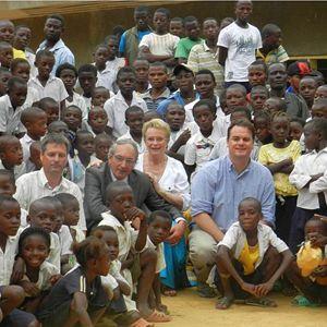 Edith e Maurice Labaisse, fondatori di Vivre en famille, con i ragazzi della comunità creata in Congo.