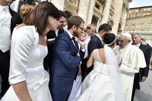 Papa Francesco incontra in piazza San Pietro alcune coppie di novelli sposi. Foto: Osservatore Romano.