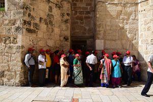 Pellegrini peruviani in attesa di entrare nella Basilica del Santo Sepolcro (foto F. Scaglione).