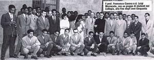 Una foto del 1950: don Luigi con gli studenti del collegio, futuri medici laici missionari del Cuamm.