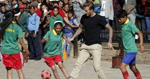 David Beckham durante la partita al campo sfollati di Bhaktapur, in Nepal.
