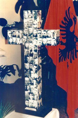La Croce dei martiri albanesi nella chiesa delle Stimmatine a Scutari. Foto di Stefano Pasta.