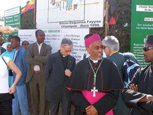 Don Luigi all'inaugurazione di un nuovo reparto dell'ospedale di Wolisso, in Etiopia, nel 2008, insieme al vescovo della città (tutte le foto sono dell'archivio del Cuamm-Medici con l'Africa).