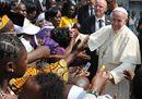 """Il Papa tra i profughi di Bangui: «Ripetiamo insieme: """"Siamo tutti fratelli""""»"""