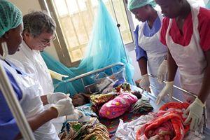 Il dottor Enzo Pisani con alcune infermiere del Cuamm-Medici con l'Africa. Non hanno mai lasciato la Sierra Leone (foto di Nicola Berti).