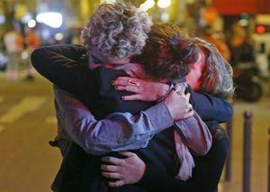 Parigi, il dolore di chi è scampato alla strage (Reuters).