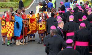 Kenya, 25 novembre 2015: alcuni Masai in attesa del Papa (foto Reuters). In copertina: l'arrivo di Francesco a Nairobi (foto Ansa).