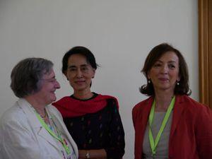 Albertina Soliani (a sinistra) e Sandra Zampa con Aung San Suu Kyi.