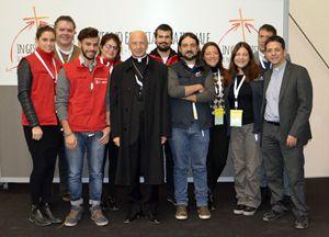Il Twitter team e alcuni collaboratori con il cardinale Bagnasco.