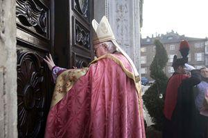 Monsignor Cesare Nosiglia apre la Porta Santa nel Duomo di Torino, presenti anche l'arcivescovo emerito, il cardinale Severino Poletto, e il sindaco, Piero Fassino. Foto Paolo Siccardi/Sync.