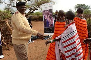 Alcune donne masai vengono accolte dalle autorità in occasione della celebrazione del rito alternativo.