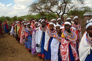 Un gruppo di ragazze masai che partecipa al rito di passaggio alternativo che evita la mutilazione rispettando la tradizione della cerimonia.