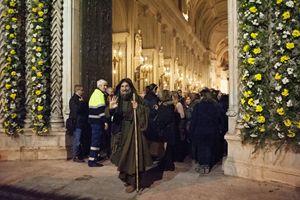 Biagio Conte davanti alla Porta Santa della Cattedrale di Palermo. Foto di Pietro Motisi.