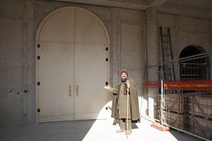 Biagio Conte davanti alla Porta Santa della sua struttura aperta il 24 dicembre dall'arcivescovo Corrado Lorefice. Foto di Pietro Motisi.