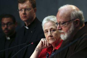 Il cardinale O'Malley con Mary Collins (Reuters).