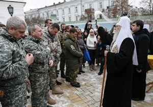 Il patriarca Filaret benedice i soldati ucraini (Reuters).