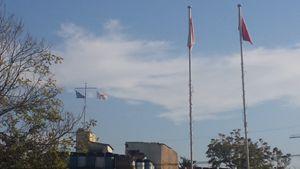Le bandiere greco-cipriota e turco-cipriota lungo il Muro (foto F. Speranza).