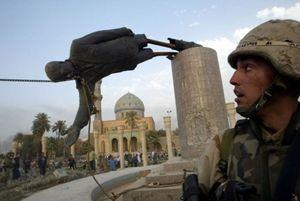 L'abbattimento della statua di Saddam Hussein a Baghdad, nel 2003, dopo l'invasione americana (Reuters).