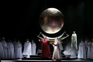 """Qui sopra e in alto: la splendida scenografia dell'""""Aida""""."""