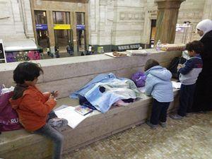 Bambini siriani alla Stazione centrale di Milano.