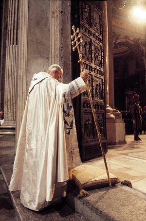 Giovanni Paolo II inaugura l'Anno Santo del 1983, il 25 marzo.