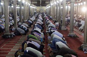 Preghiera nella moschea di Al Azhar (Reuters).