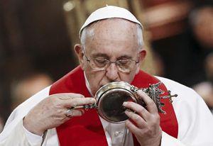 Il Papa bacia l'ampolla con il sangue di San Gennaro (Reuters).