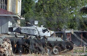 L'intervento dei soldati kenyani dopo l'assalto degli shabab al campus universitario di Garissa. In copertina: l'intervento dei militari somali nel corso dell'attacco degli shabab all'hotel Al mukarama di Mogadiscio (Le foto sono Reuters).