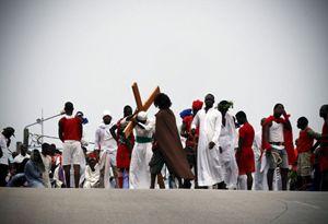 La rievocazione della crocifissione ad Abidjan, in Costa d'Avorio (Reuters).