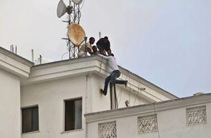 La fuga davanti all'assalto degli shabaab (Reuters).