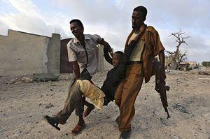 Uno dei feriti dell'assalto all'hotel Al Mukarama di Mogadiscio del 27 marzo scorso (foto Reuters).