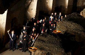 un momento della via Crucis al Colosseo (foto reuters)